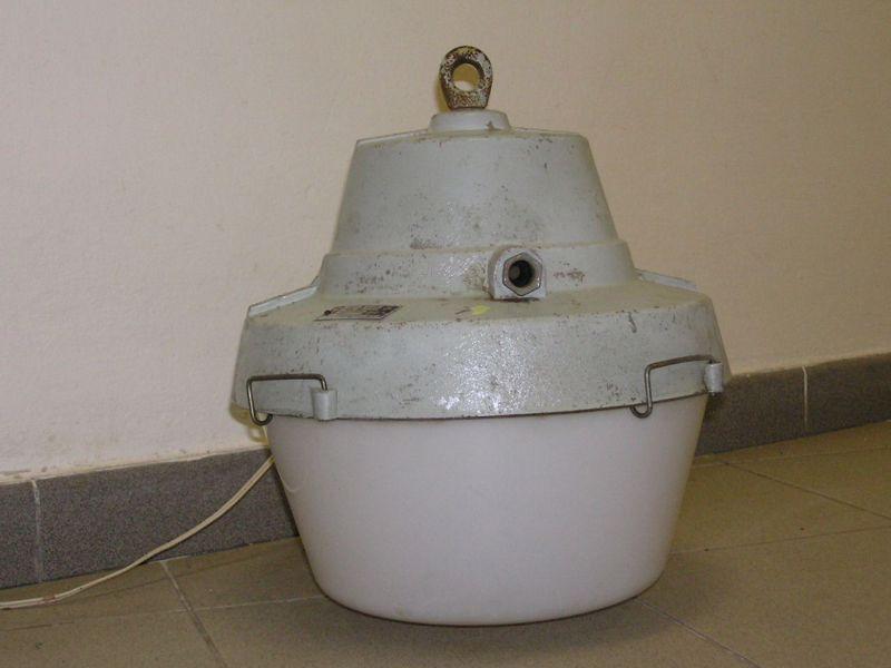 Závěsné, litinové, výbojkové svítidlo osazené výbojkou 80W