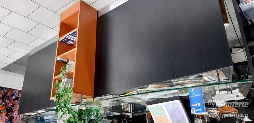 Černý recepční pult černé matné lamino + třešeň + sklo