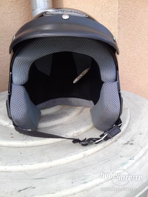 Helma na moto, 2 x použitá, čistá, černá.
