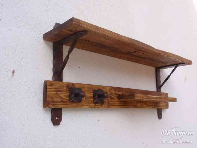 Dřevěná police s věšáky rustik - foto 4