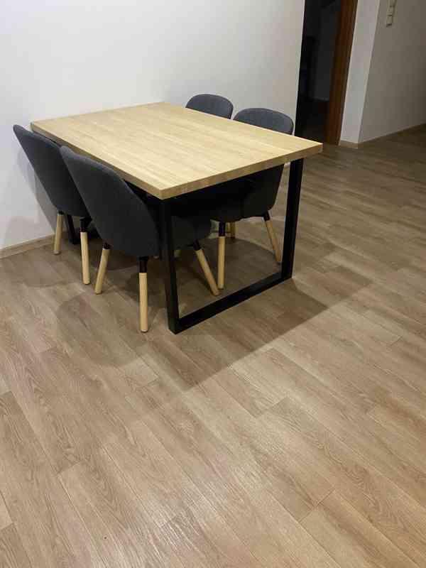 Masivní jídelní stůl (dub)