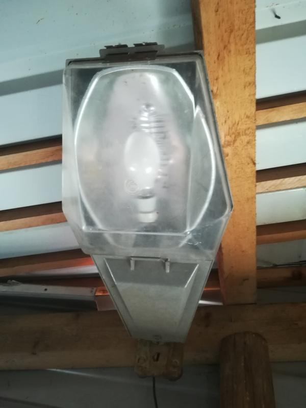 Pouliční osvětlení,výbojka,rozměry 70 na 37 cm,dva kusy,cena za1kus 750kč.K vyzvednutí v Žatci,Praha,po dohodě dovezu.606 247 137 - foto 1