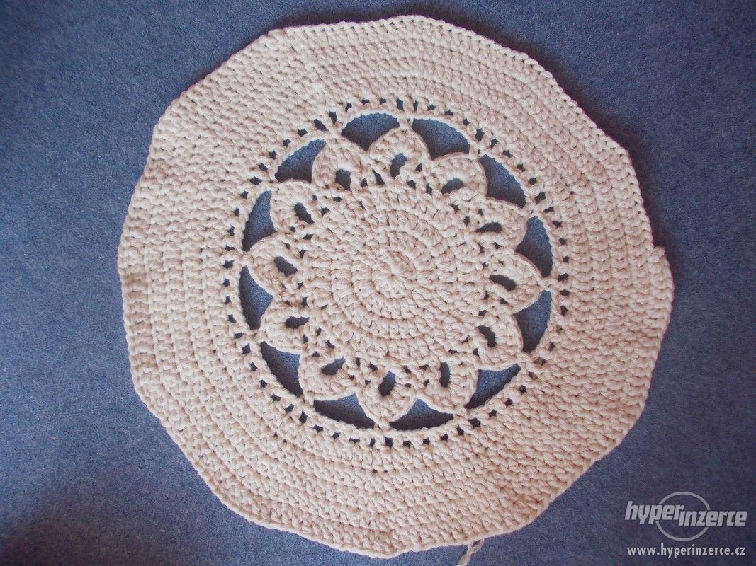 Nový háčkovaný kobereček - foto 1