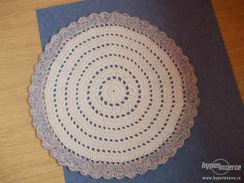Nový háčkovaný kobereček - foto 2