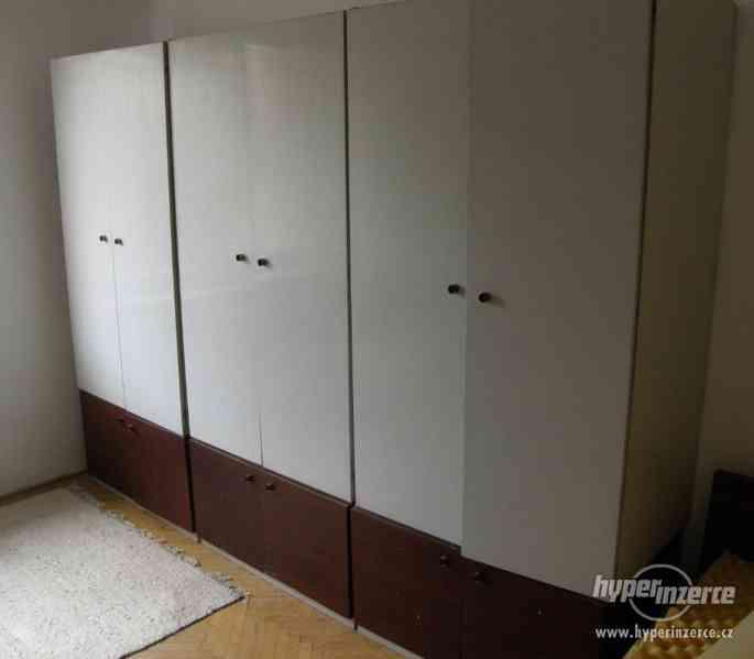Šatní skříň v kombinaci s prádelníkem